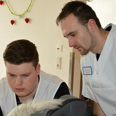 Ein erfahrener Pfleger betreut Philipp bei seinem Bundesfreiwilligendienst im KWA Kurstift Bad Dürrheim