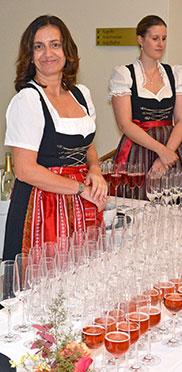 50-Jahre-KWA-Feier im Hanns-Seidel-Haus in Ottobrunn: Die Vorbereitungen zum Sektempfang sind abgeschlossen.