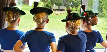 Traditionell herausgeputzt und frisiert für die Feier im Rupertihof zum 50sten Geburtstag von KWA Kuratorium Wohnen im Alter: vier junge Hirschberglerinnen