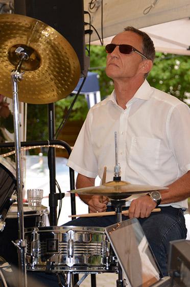 Manfred Zwick, Stiftsdirektor des KWA Albstifts Aalen, übernahm in der KWA Band die Percussion