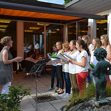 Der Jugendchor Schaftlach unter der Leitung von Angela Schütz bei der Feier im Rupertihof zum 50sten Geburtstag von KWA Kuratorium Wohnen im Alter