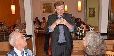 Tischzauberer Daniel Eichinger trägt sicherlich ein Quäntchen zur guten Stimmung bei.