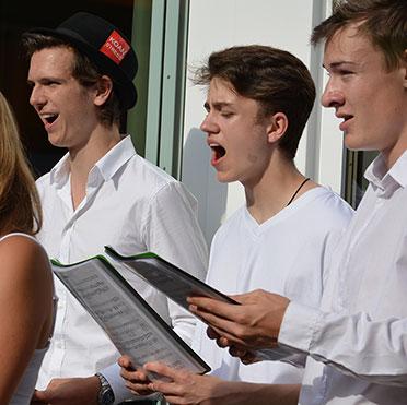 Sänger des Jugendchors Schaftlach bei der Feier im Rupertihof zum 50sten Geburtstag von KWA Kuratorium Wohnen im Alter