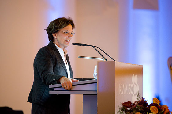 Ehrengast Emilia Müller, Bayerische Staatsministerin für Arbeit und Soziales, Familie und Integration, spricht ein Grußwort zum 50-jährigen Bestehen von KWA.