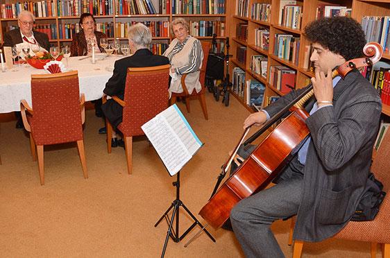... so zum Beispiel auch in der Bibliothek des KWA Hanns-Seidel-Hauses. Denn auch hier wurde der 50. Geburtstag von KWA gefeiert.