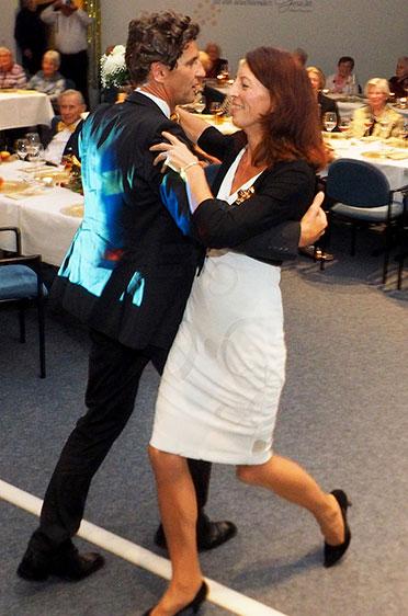 """... und tanzt schließlich mit seiner Frau zum Lied """"Ganz in Weiß""""."""