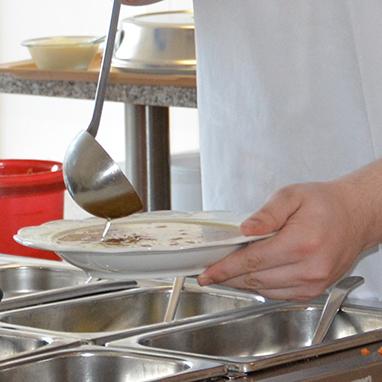 Auch das Schöpfen und Servieren von Speisen gehört zum Aufgabenspektrum von Philipp