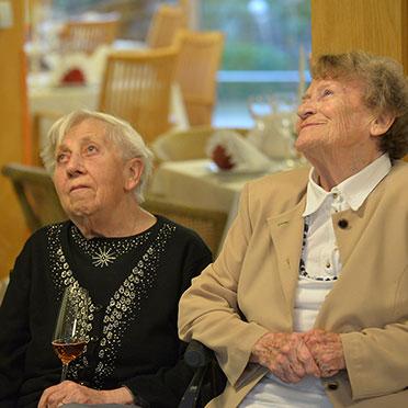 ... sondern wenig später auch diese beiden Damen - bei der 50-Jahre-KWA-Feier im Hanns-Seidel-Haus