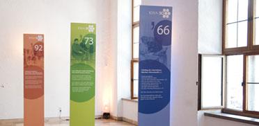 Auch die Stelen mit Infos zum Werdegang von KWA sind platziert, sowohl im Festsaal ...