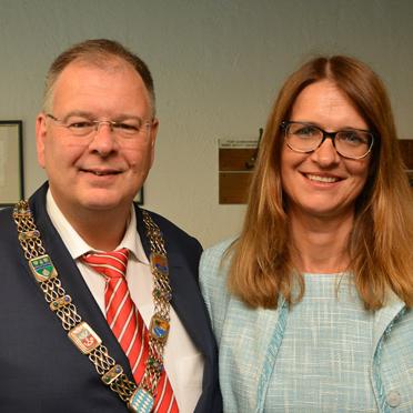 Unterhachings Erster Bürgermeister Wolfgang Panzer und Stiftsdirektorin Alexandra Kurka-Wöbking beim Plausch vor dem Festakt.