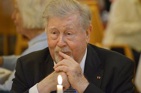 Ihm gebühren sämtliche Geburtstagskerzen des Abends: Hermann Beckmann. Er hat KWA mitgegründet und bis zum Eintritt in den Ruhestand geführt. Das Band am Revert verweist auf das Bundesverdienstkreuz am Bande, für seinen Einsatz zum Wohle der Gesellschaft.