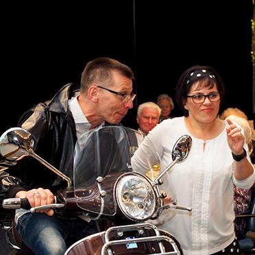 """50-Jahre-KWA-Feier im KWA Albstift Aalen: Das Ehepaar Northoff präsentiert den Song """"Motorbiene""""."""