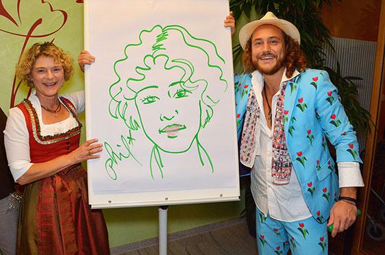 Auch Stiftsdirektorin Ursula Cieslar hat sich von Phil Splash porträtieren lassen.