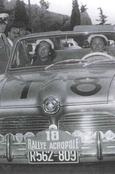 Elga und Anneliese Thouret bei der Rallye Akropolis im Jahr 1957, umringt von Fans und Journalisten: Sie erreichten mit ihrem 1180 ccm Ford in der 1600-ccm-Klasse einen viel beachteten 8. Platz