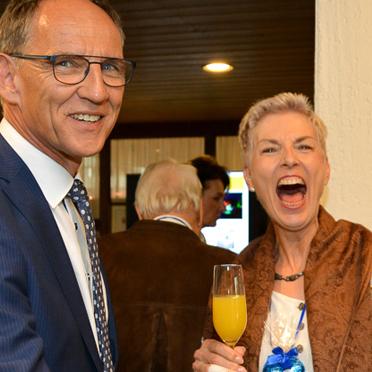 Versprühten gute Laune: KWA Prokurist Manfred Zwick und die Leiterin des KWA Stifts Brunneck, Gisela Hüttis.