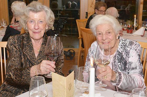 Auch diese beiden Damen stoßen auf 50 Jahre KWA Kuratorium Wohnen im Alter an.