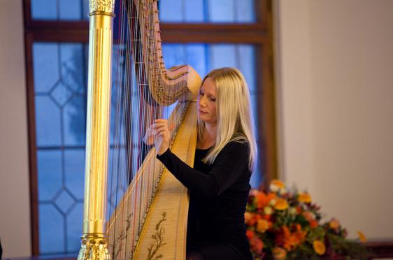 """Evelyn Huber begeisterte mit ihrem Spiel an der Harfe, insbesondere mit ihrem Lieblingsstück """"Black Orpheus""""."""