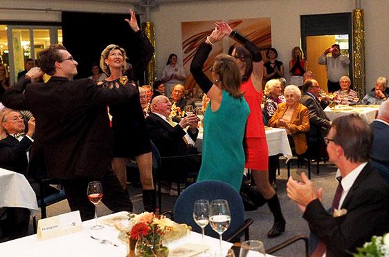 """Tanz zum Song """"These Boots Are Made For Walkin'"""", mit: Melanie Rath, Barbara Schmidt, Regina Stärr und Julian Hutschenreuther."""