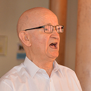 Anton Kade leitet den Singkreis im KWA Parkstift Aeskulap