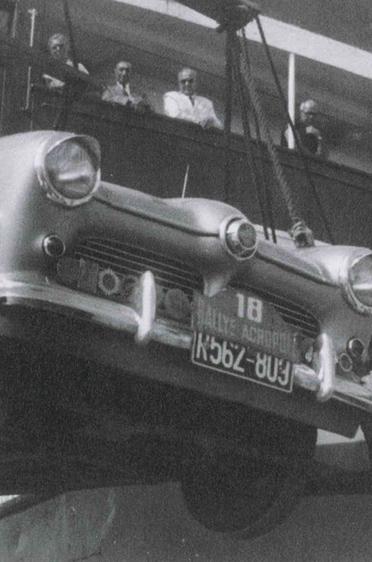 Fahrzeugverladung anlässlich der Rallye Akropolis im Jahr 1957