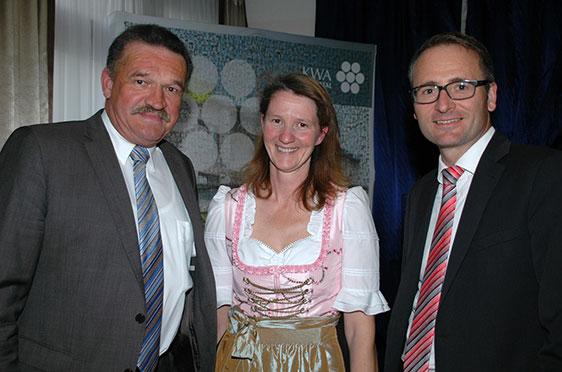 Von links: Der Erste Bürgermeister von Bad Griesbach Jürgen Fundke, eine Servicemitarbeiterin sowie der Verwaltungsleiter des KWA Stifts Rottal Michael Hisch