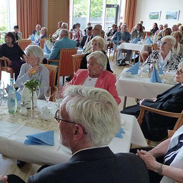 Die Festgäste im Saal des KWA Stifts im Hohenzollernpark in Berlin
