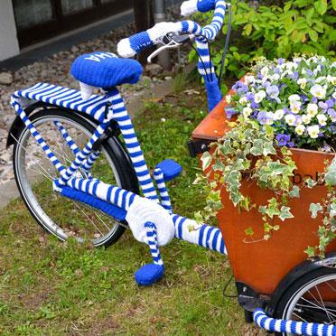 Liebevoll verwandelte die Handarbeitsgruppe im KWA Stift am Parksee dieses Fahrrad in ein weißblaues Mobil. Wir sind in Bayern!