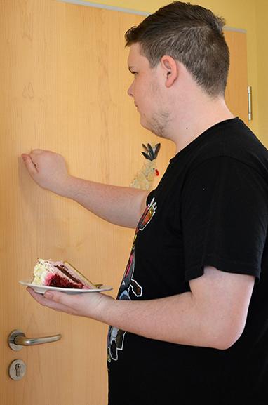 Die Privatsphäre wird respektiert: Philipp wartet mit dem Eintreten, bis er aufgefordert wird