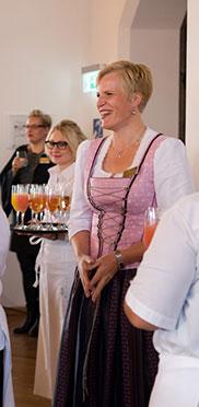 Auch Andrea Wurm kann entspannt Lächeln, als die ersten Gäste eintreffen, zum Sektempfang