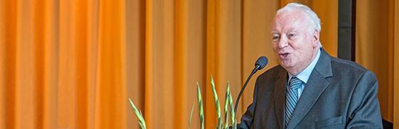 Der Stiftsbeiratsvorsitzende, Dr. Werner Kilian, bei seiner Ansprache zur Installation des neuen Stiftsdirektors, Ortwin Kirchmeier, im KWA Stift im Hohenzollernpark in Berlin.