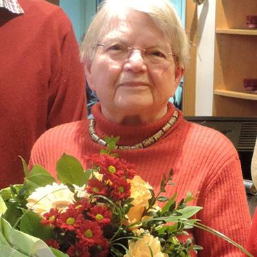 Künstlerin Christa Reich mit Familie, bei der Vernissage im KWA Georg-Brauchle-Haus in München