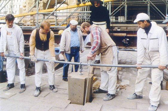 Setzen des Schlusssteines in das Kellergewölbes (23. Mai 1996)