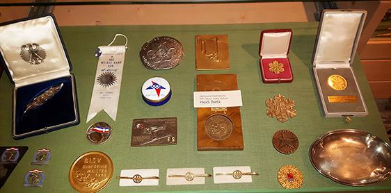 Ehrenvitrine mit Medaillen und Auszeichnungen von Heidi Biebl im Heimatmuseum von Oberstaufen.