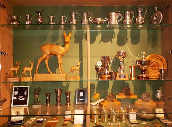 Auch Pokale und Trophäen (Kitz vom Hahnenkamm-Rennen) hat Heidi Biebl dem Heimatmuseum Oberstaufen übergeben.