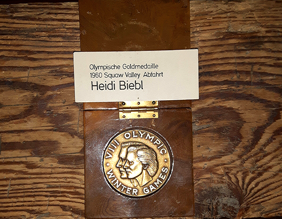 Heidi Biebls Goldmedaille, die sie 1960 beim Skirennen in der Olympischen Abfahrt in Squaw Valley holte.