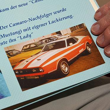 Roland Heier öffnet ein Fotoalbum. Von 1972 bis 1974 sein ganzer Stolz: ein Ford Mach 1 (Mustang), individuell lackiert - vom Fahrer.