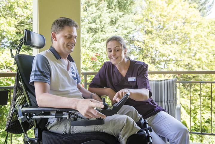 Pflegefachkraft Maria Eichinger mit einem Patienten der KWA Klinik Stift Rottal