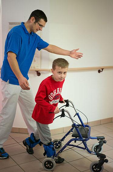 KWA Klinik Stift Rottal in Bad Griesbach, Neuroaktive Reflextherapie. Anstrengend aber nötig: Die Kräftigung der unteren Extremitäten mit Gewichten und Gangbildtraining.