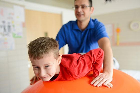 KWA Klinik Stift Rottal in Bad Griesbach, Neuroaktive Reflextherapie: Hier wird die Streck-Stützfunktion der Arme trainiert.