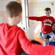 KWA Klinik Stift Rottal in Bad Griesbach, Neuroaktive Reflextherapie: Einbeinstand. – Gleichgewichtstraining auf der Matte.