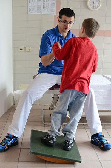 KWA Klinik Stift Rottal in Bad Griesbach, Neuroaktive Reflextherapie: Gleichgewichtstraining auf dem Schaukelbrett.