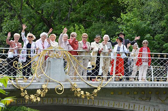 Die Brücke über die Passer hat es den Reiseteilnehmern angetan: Sie genießen die Sonne und lassen sich zum Winken verleiten.