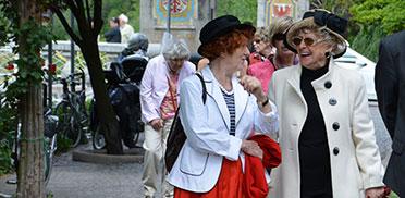 Tochter, Mutter und Schwiegersohn verreisen mit KWA – rechts daneben eine weitere Reiseteilnehmerin sowie Reiseleiterin Margret Rosenmüller