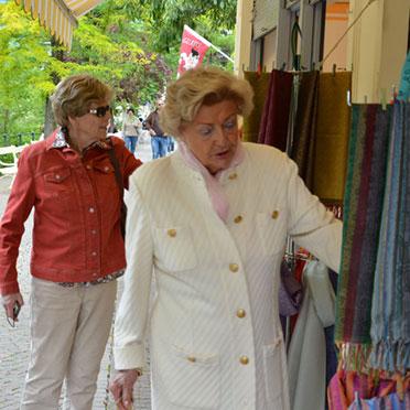 Tücher üben eine magische Anziehungskraft auf Frauen aus: auch hier in Meran