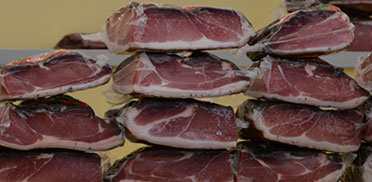 Südtiroler Speck auf einem Marktstand in Meran