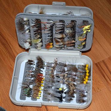 Rupertihof-Bewohner Walter Ecker präsentiert prall gefüllte Köderdosen: Er braucht sie zum Fliegenfischen in der Mangfall.
