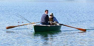 Seit Walter Ecker im KWA Stift Rupertihof wohnt, hat er nicht weit zum See: Nach wenigen Minuten Autofahrt kann er ins Boot steigen.