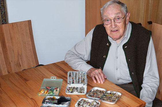 """Eine andere große Leidenschaft von Walter Ecker: Fliegenfischen. Hier präsentiert er seine """"Fliegen"""", die Fische anlocken sollen."""