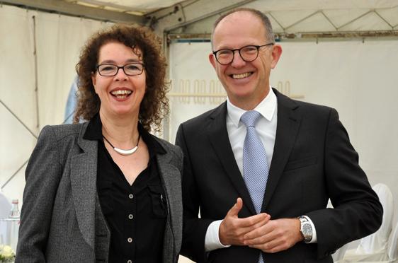 Martina Lenz, Kundenbetreuerin des Stifts, und KWA Vorstand Dr. Stefan Arend