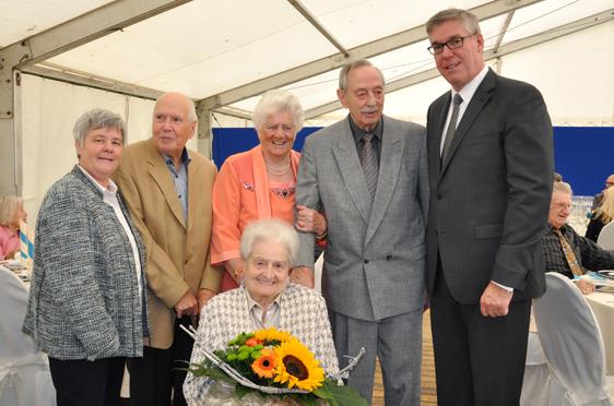 Stiftsdirektor Arnd-Werner Schug und seine Stellvertreterin Birgit Kriegler (links) mit Stiftsbewohnerinnen und -bewohnern